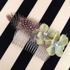 パールがかわいらしいフラワーと羽を組み合わせて製作しました。ヘッドドレスにボリュームを出したいときに添えてつけると華やかさが増します。結婚式やパーティーはもち...|ハンドメイド、手作り、手仕事品の通販・販売・購入ならCreema。