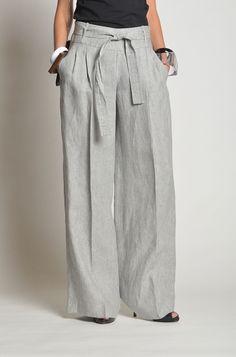 Pantalone in lino a palazzo, tasche alla francese e chiusura a zip laterale.