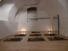 tapis de méditation, blocs, couvertures, bougie, salle de yoga rue de la Loge 6 à La chaux-de-Fonds, Suisse  #banyann #yoga #meditation #bienetre Yoga, Rue, Whitewash, Switzerland, Candle, Carpet, Room