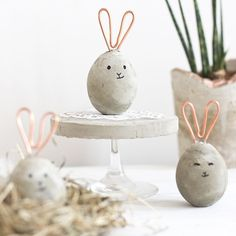 Making modern decorations for the apartment - concrete meets copper .- Moderne Deko für die Wohnung machen – Beton trifft auf Kupfer Modern Easter eggs in the form of rabbits made of concrete and copper wire - Hoppy Easter, Easter Bunny, Easter Eggs, Easter Table, Spring Decoration, Diy Easter Decorations, Decoration Crafts, Concrete Crafts, Concrete Projects