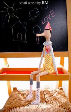 Muñeco de tela, ideal para decorar habitaciones infantiles o como muñeco de juego, la ropita la podemos hacer en cualquier color y estampado para qu