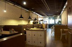 Para los españoles os invitamos a pasar por La Pepita Burger Bar en Vigo, un local con mucho encanto.