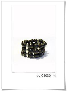 Pulsera de Colección 030m  Divertida colección realizada a mano con textil de primera calidad, y perlas de semillas brasileñas en color marrón.     Es un diseño espectacular para esta temporata.     Pulsera ajustable. Adornos en Zamac.
