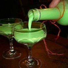 Hallo, sieht nicht nur toll aus, da schön grün, sondern ist auch noch total lecker..... 250 ml Waldmeistersirup 100 ml weißer Rum , evtl nach Geschmack...