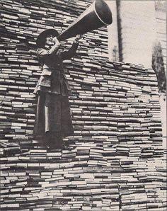 Un muro di libri all'ingresso della Biblioteca Pubblica di New York sulla Fifth Avenue.