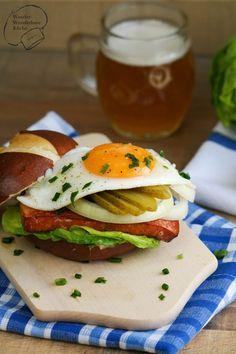 Bayerischer Burger: Leberkäse, Spiegelei, Senf, Salat, Zwiebel und Essiggurke! Der Snack aus Bayern ist perfekt für Zwischendurch. Deftig, einfach und lecker!