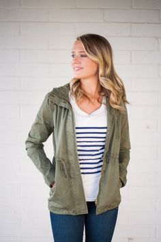 This olive utility jacket is a must-have for your closet this season! It transitions easily from season to season and layers perfectly with your favorite tops! - Attached hood with drawstring - Zipper