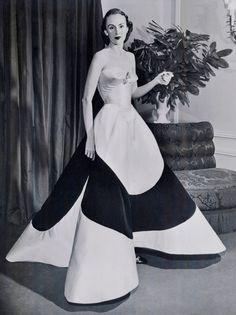 Austine Hearst portant une robe de bal Four-Leaf Clover Gown réalisée par Charles James, 1953