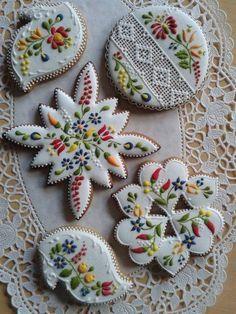 Beautiful cookies - Gingerbread or Mézeskalács ,sometimes decorated as here, is a popular gift around Christmas. Fancy Cookies, Iced Cookies, Cute Cookies, Royal Icing Cookies, Sugar Cookies, Vintage Cookies, Frosted Cookies, Baking Cookies, Ginger Cookies