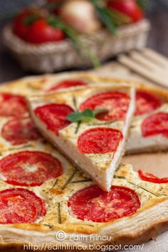 tarta cu branza si rosii Edith's Kitchen, Puff Pastry Pizza, My Favorite Food, Favorite Recipes, Summer Tomato, Romanian Food, Foodies, Food Porn, Good Food