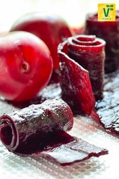 Fruit leather is healthy fruit gum – of course, without artificial additives. Fresh fruit and an oven. At you'll find out how to do it now! Sugar Free Sweets, Low Carb Sweets, Vegan Sweets, Fruit Leather Recipe, Mozarella, Fruit Gums, Healthy Fruits, Food Allergies, Food Design