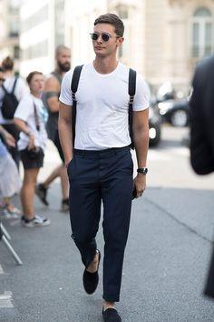 白無地Tシャツ×グレースラックス×黒ローファー