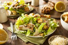 Healthy Grilled Chicken Caesar Salad with Cheese and Croutons Crispy Chicken Salads, Grilled Chicken Caesar Salad, Chicken Recipes, Chicken Bacon, Pizza Y Vino, Salad Recipes, Healthy Recipes, Chicken Seasoning, Cajun Seasoning