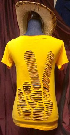 Peace hand sign language finger tee, Cut up shredded refashioned upcycled tshirt tee in Mustard yellow cutout open back top - Zerschnittene Shirts, Diy Cut Shirts, Tie Dye Shirts, T Shirt Diy, Band Shirts, Diy Fashion Tshirt, Jeans Fashion, Boho Fashion, Fashion Dresses