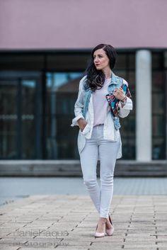 Outfit in hellen Pastellfarben, ein schöner Look für den Frühling. Outfit mit weißer Skinny Jeans, rosa Pumps und blauer Jeans Weste. OOTD von Julies Dresscode - der Fashion Blog. https://juliesdresscode.de