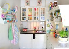 cocina_pequena_decorada_con_encanto_blanco_tonos_pastel