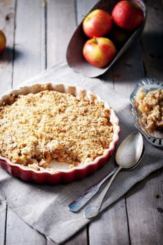 This cranberry apple crisp recipe is a great fall dessert that is both guilt-free and simple! Get a taste fall in this delicious dessert. Easy Apple Crumble, Apple Crumble Recipe, Berry Crumble, Apple Cobbler, Crumble Topping, Peach Crumble, Gluten Free Apple Crisp, Apple Crisp Recipes, Food Cakes