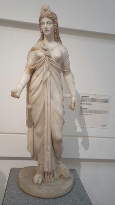 Dit is een beeld van Isis. Een Egyptische godin.