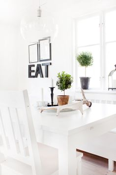 ... ♥ ... very ligth, clean, fresh and airy dining, love it. Notice the almost invisible light fixture - genius :)