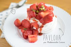 Ahhh, Pavlova... un joli dessert que j'avais envie de faire depuis un bon bout de temps, mais M. Cuisine n'avait pas l'air très chaud pour que j'en fasse..