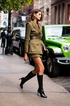 10 October Kaia Gerber stepped out in an Alexander McQueen outfit, with a Jimmy Choo bag, in New York. The best celebrity fashion this week - HarpersBAZAARUK Kaia Gerber, Celebrity Look, Celebrity Dresses, Cool Street Fashion, Street Chic, Celebrity Street Fashion, Olive Green Suit, Spring Look, Spring Style