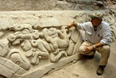 """jeroglificos bajo la pirámide que descubierta por el Dr. Richard Hansen el año 2009,que narran la creación del mundo , relato conocido por los Mayas como el """"POPOL -VUH""""....y aunque el """"Popol Vuh"""" ya era conocido en el mundo gracias a traducciones de escritos Mayas ,siempre se dudó de su autenticidad ,pero esto cambia las cosas,El Popol Vuh o Biblia de los Mayas es real."""