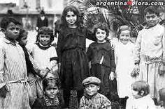 Argentina. Consecuencias de la inmigración europea • El aporte inmigratorio tuvo algunas consecuencias directas e indirectas en la conformación de la Argentina actual• Contribuyeron al proceso de rápida urbanización de   la población, y aportaron mano de obra para el desarrollo industrial y agrario. • Los extranjeros, sin proponérselo, produjeron cambios en el lenguaje y las costumbres de los argentinos.• La inmigración ayudó al crecimiento en gran escala  de la población.