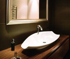 <p>Ciemna łazienka jest zmysłowa. Jednak taka aranżacja łazienki musi mieć dobre oświetlenie. Marzysz o płytkach w zmysłowych intensywnych kolorach, ale boisz się, że makijaż będziesz robiła po omacku