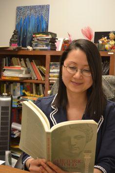 14 de abril de 2014. Mujer que lee. La Dra. Ann-Gee Lee nos contará en breve (cuando termine de leer su libro) qué es la lengua nushu. http://wp.me/P2yR3G-Bq