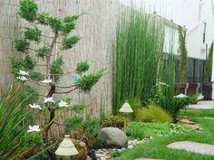 petit jardin décoré avec du bambou