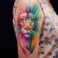 kadın üst kol renkli aslan dövmesi woman upper arm watercolor lion tattoo