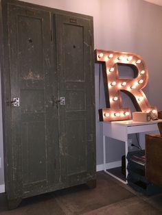 Stoere houten locker afkomstig van Engelse legerbasis French Vintage, Lockers, Locker Storage, Colours, Cabinet, Furniture, Home Decor, Clothes Stand, Decoration Home