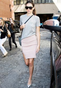 Kendall Jenner stepped out in a grey tee, pink skirt and metallic silver heels at New York Fashion Week. Trend Fashion, Fashion Week, Skirt Fashion, Fashion Outfits, Classy Fashion, Le Style Du Jenner, Kendall Jenner Style, Celebrity Outfits, Celebrity Style