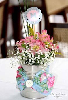 Centro de mesa feito com latinha de leite em pó e flores naturais | Macetes de Mãe