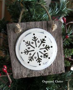 50 Indoor Decoration Ideas for Christmas that will Spark Your Creativity this Year - The Trending House Christmas Ornament Crafts, Christmas Projects, Holiday Crafts, Christmas Decorations, Christmas Ideas, Homemade Christmas, Wood Snowflake, Snowflake Ornaments, Ornaments Ideas