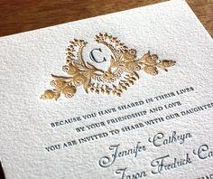 Esta invitación fue hecha con termografia y relieve con lamina dorada impresa en el detalle superior de la misma