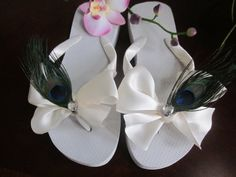 Boda blanco Flip Flop/cuñas. Novia, dama de Honor, damas de honor. Cinta de Marfil boda Bow.PEACOCK plumas.Bodas de playa.