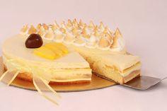 Torta Maracuyá y Mango | Suave postre de mousse de maracuyá y mango, decorado con suspiritos de merengue, trocitos de mango y un crocante trozo de chocolate. | http://www.toledopasteleria.com/catalogo-la-toledo-pasteleria/ponques-y-tortas/torta-maracuya-mango#.U4hvoJR_thY