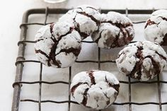 christmas cookies chocolate Weihnachtspltzchen These Gooey Chocolate Crinkle Cookies are one of my holiday baking favs! Moist and gooey on the inside, and slightly crisp on the outside - total perfection Chocolate Crinkle Cookies, Chocolate Crinkles, Molasses Cookies, Chocolate Chips, Köstliche Desserts, Delicious Desserts, Dessert Recipes, Cooking Chocolate, Chocolate Recipes