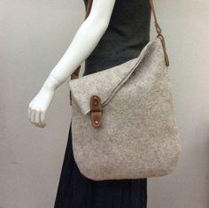 Gray shopper bag – Purses And Handbags Totes Diy Sac, Felt Purse, Diy Handbag, Denim Bag, Fabric Bags, Shopper Bag, Handmade Bags, Handmade Leather, Vintage Leather