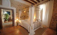 Hotelfinca Can Simo • Ort: Alcudia, Mallorca Norden • Preis pro Nacht 98 bis 128 € • Personen: Max. 14 • Die Hotelfinca Can Simo liegt mitten im historischen Teil von Alcudia im Norden Mallorcas. Mit seinen 7 Doppelzimmer finden Sie hier eine kleine Oase mit jeglichem Komfort.