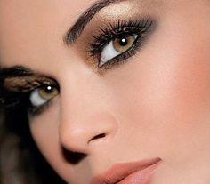 Tökéletes karácsonyi sminket készíthetsz, ha a szemhéjadat bronzos-aranyos szemhéjfestékkel színezed.