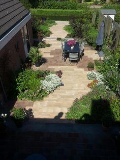 lange smalle stadstuin - Google zoeken Outdoor Decor, Plants, Garden, Outdoor, City Garden, Sidewalk
