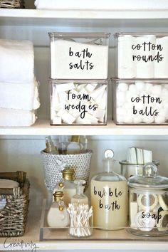 Organización de productos cosméticos en el baño. Frascos de cristal antiguos, cestas blancas, cajas de plástico transparente. Cosmetic supplies organization.