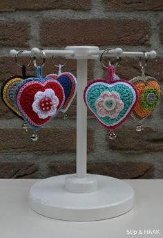 inspiration -- Dots & HOOK - photos with link to pattern (translated)cute variation of crochet hearts! Love Crochet, Crochet Gifts, Crochet Motif, Diy Crochet, Crochet Flowers, Crochet Toys, Crochet Stitches, Crochet Hearts, Crochet Keychain