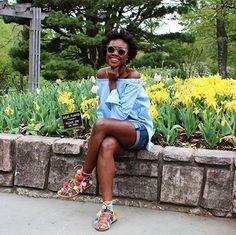 Deixar as sandálias mais coloridas e personalizadas, essa é a proposta de   colocar pompons nessas peças!    Elas podem ser usadas com um vestidinho básico preto ou uma camiseta branca   e jeans. O importante é deixar os pés bem enfeitados! Eu adorei essa   maneira de dar uma mudada no look de verão! E você? Inspire-se nos looks   abaixo e saiba onde encontrar alguns modelos semelhantes na minha coluna   Personal Shopper do shopping JK Iguatemi.