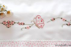 Lavanda e Lillà: Lenzuolino da Lettino Primaverile Hand Embroidery Videos, Baby Embroidery, Butterfly Project, Frock Design, Border Design, Chic Dress, Baby Dress, Crochet Bikini, How To Draw Hands