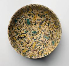 کاسه سفالی، نیشاپور، قرن دهم میلادی. Nishapur Bowl, Excavations at Nishapur in Khurasan Bowl with Birds, 10th century. Ceramic; earthenware, painted in black slip and green and yellow pigments under a transparent glaze, 8.3 x 21.6cm Brooklyn Museum