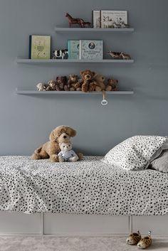 De tre sovrummen samlade intill varandra bidrar till hela familjens goda nattro. Berberisvägen 10 - Bjurfors