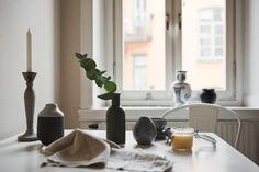 köksbord kök vaser handduk fönster